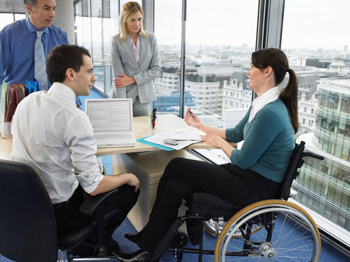 Яким чином роботодавець зобов'язаний забезпечити належні умови праці працівнику з інвалідністю?