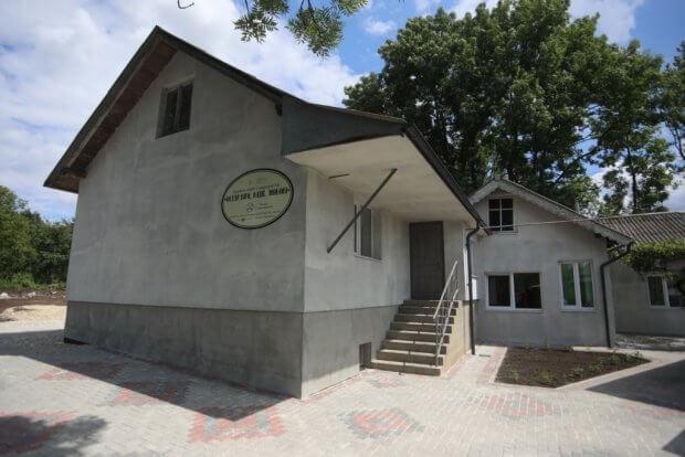 В селищі Обертин Тлумацького району відкрили перший в Україні будинок підтриманого проживання для сиріт з інвалідністю, який буде фінансуватися з державного бюджету. обертин, оселя віри надії любові, будинок підтриманого проживання, сирота, інвалідність