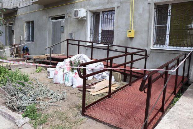 У Сумах коштом міського бюджету продовжують робити пандуси в житлових будинках, де проживають особи з інвалідністю. суми, будинок, будівництво, пандус, інвалідність