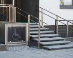 Всі об'єкти міської інфраструктури Кременчука повинні бути доступними для відвідувань громадян із різними вадами здоров'я. дбн, кременчук, доступність, засідання, інфраструктура, stairs, street, window. A building with a metal bench