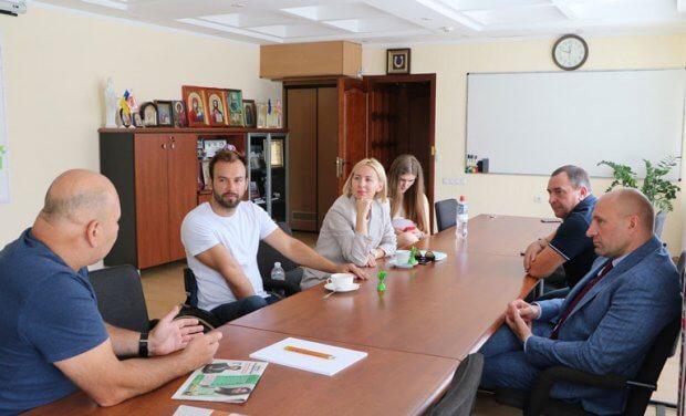 Міський голова Черкас Анатолій Бондаренко провів зустріч із співзасновником проекту «Доступно.UA» Дмитром Щербатюком. дмитро щербатюк, черкаси, доступність, зустріч, інвалідність