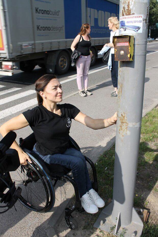 тричі на тиждень Ірині Царук доводиться на громадському транспорті їздити з Зимної Води до госпіталю у Львові. ірина царук, львів, доступний, суспільство, інвалідність