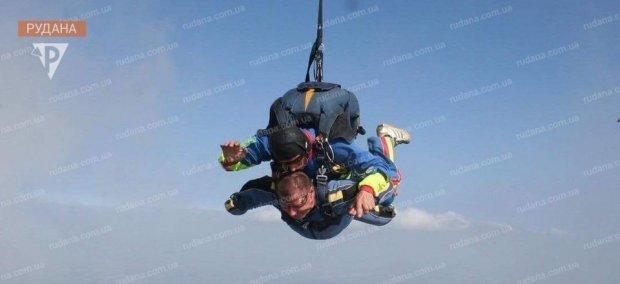Нескорений і незламний. Криворізький ветеран АТО з інвалідністю підкорив небо. василь стуженко, ветеран ато, парашут, стрибок, інвалідність