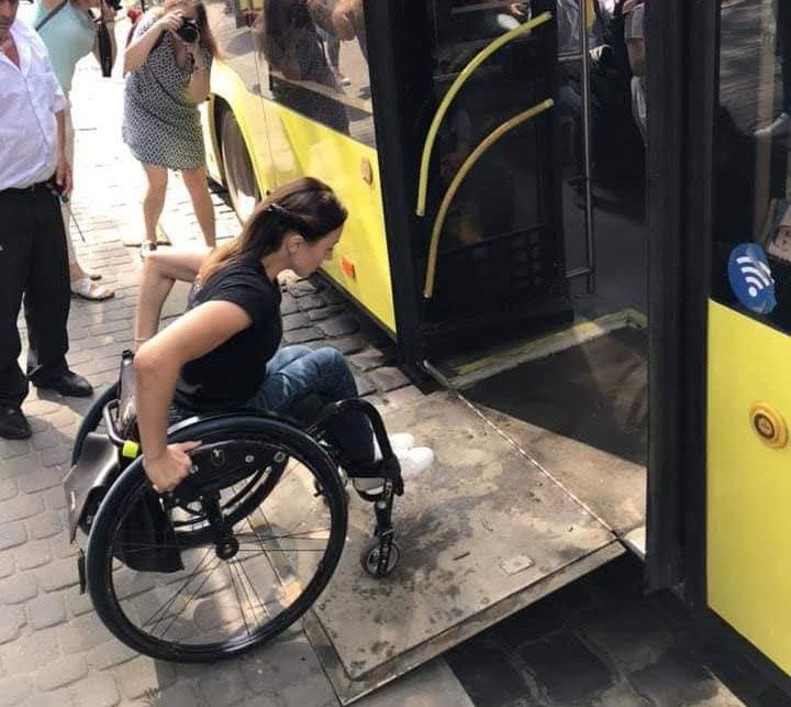 Львів'янка на візку показала, наскільки (не)доступний Львів для людей з обмеженими можливостями (ФОТО)