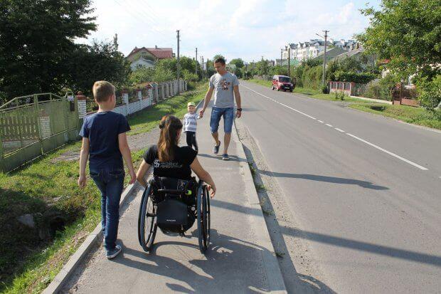 За містом ситуація ще гірша: немає підлаштованих тротуарів для людей з обмеженими можливостями, на деяких ділянках дороги є зовсім «розбитими». ірина царук, львів, доступний, суспільство, інвалідність