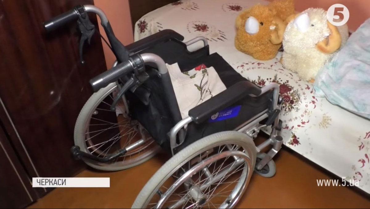 Світ через вікно: черкащанка 10 років не виходить з дому через відсутність пандуса (ВІДЕО)