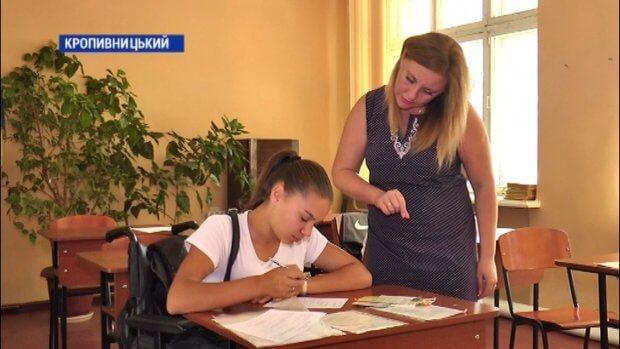 Шістнадцятирічна абітурієнтка Наталія Макогон написала заяву про вступ до 9-го училища у Кропивницькому. кропивницький, наталія макогон, бухгалтер, училище, інвалідний візок