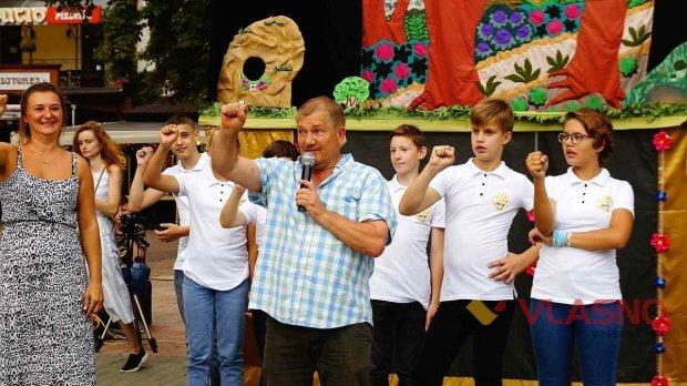 """на Європейській площі учасники інклюзивного лялькового театру """"Білий Куб"""" встановили міні-сцену. вінниця, вистава, жестова мова, порушення слуху, суспільство"""