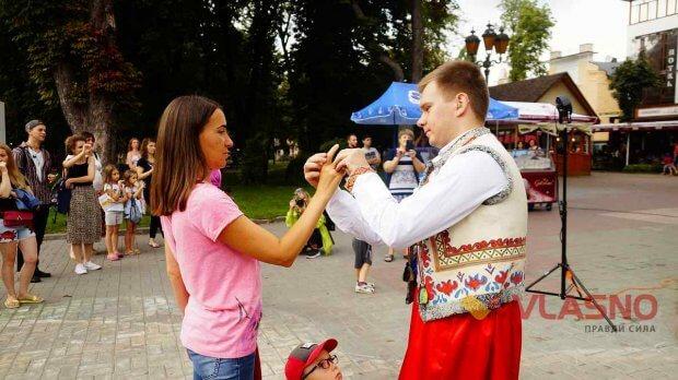 """Голова Правління ГО Центру громадських ініціатив """"Ми разом"""" Олена Полозок була однією з тих, хто підтримав ідею дітей про створення такого лялькового театру. вінниця, вистава, жестова мова, порушення слуху, суспільство"""