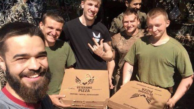 Український захисник, який возить піцу побратимам на передову (ФОТО, ВІДЕО)