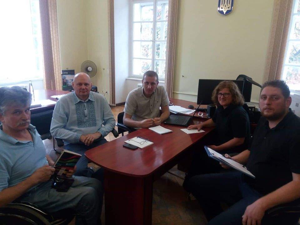 На Львівщині вкотре обговорили проблему доступності споруд для осіб з інвалідністю та маломобільних груп населення. львівщина, уповноважений, доступність, робоча зустріч, інвалідність