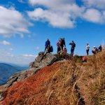Патрульні Волині допомогли піднятися на гору чоловіку на інвалідному візку (ФОТО)