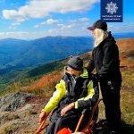 Світлина. Патрульні Волині допомогли піднятися на гору чоловіку на інвалідному візку. Новини, інвалідний візок, поліцейський, гора, On 3 wheels, Пікуй
