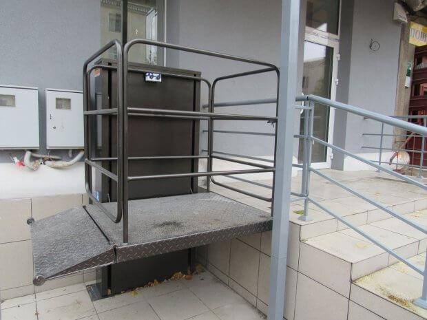 Впервые в Шостке оборудован подъемник для инвалидов-колясочников. шостка, банковское учреждение, инвалид-колясочник, подъемная платформа, подъёмник