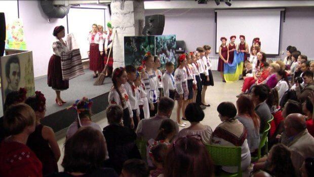"""У Вінниці актори особливого театру показали виставу """"До мови рідної торкнімось душею"""". вінниця, актор, вистава, проєкт, театр"""