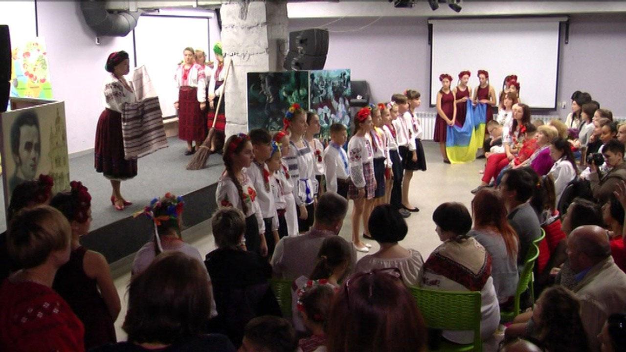 """У Вінниці актори особливого театру показали виставу """"До мови рідної торкнімось душею"""" (ВІДЕО)"""