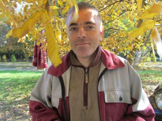 «Хочу, щоби було чисто»: чоловік із ДЦП 16 років працює двірником на Гравітоні. дцп, олег шабанов, чернівці, двірник, інвалідність