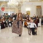 Світлина. Елегантні дами і кавалери: В Тисмениці відбувся Мальтійський приятельський бал. Новини, інвалідний візок, учасник, танець, Тисмениця, Мальтійський приятельський бал