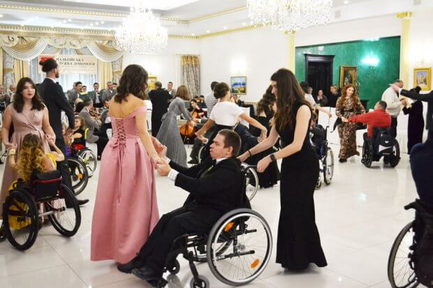 Елегантні дами і кавалери: В Тисмениці відбувся Мальтійський приятельський бал. мальтійський приятельський бал, тисмениця, танець, учасник, інвалідний візок