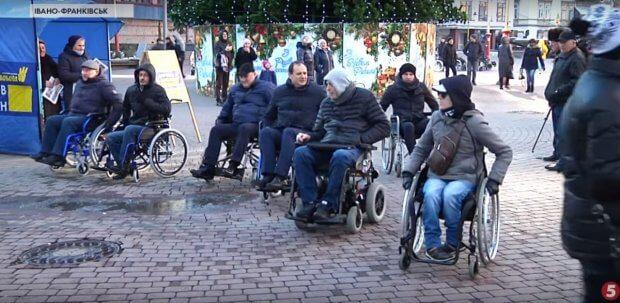 Випробували бар'єри на собі: як чиновники Івано-Франківська проїхали містом на інвалідних візках. івано-франківськ, доступність, чиновник, інвалідних візок, інвалідність