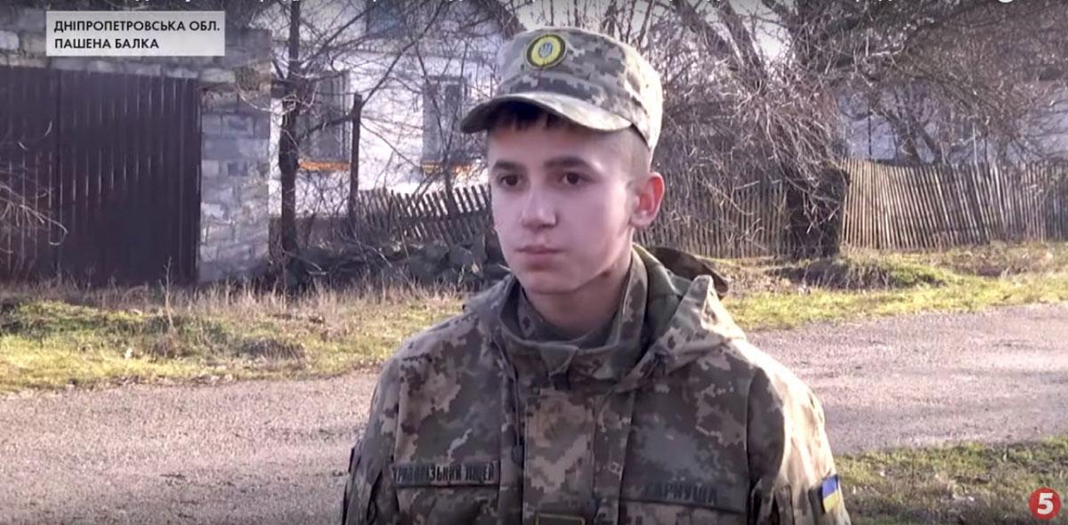 На Дніпропетровщині підлітка, який влітку постраждав від вибуху снаряда, нагородили волонтери (ВІДЕО)