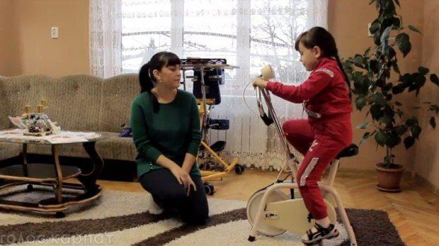 """""""Ніколи не опускати руки"""": мами з Виноградівщини розповіли як допомагають своїм дітям долати хворобу (ВІДЕО, ФОТО). бф виноградів, дцп, крістінка мар'ян, олька копилець, діагноз"""