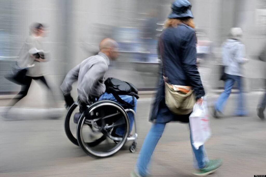 В Україні затвердили правила руху у кріслах-колясках: де можна їздити. пдр, дорога, крісло-коляска, тротуар, інвалідний візок