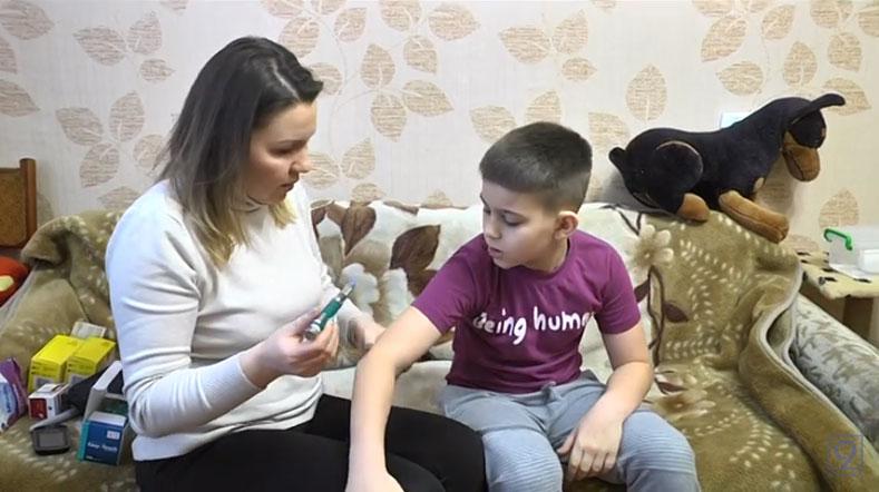 Уколи та постійний контроль — як проходить день хворої на діабет дитини (ВІДЕО)