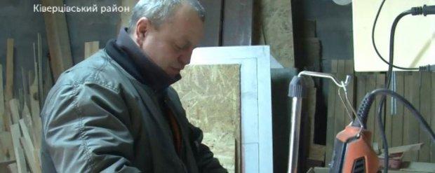 Атовець Олександр Рожанський реабілітовується після війни роботою по дереву. олександр рожанський, атовець, майстер, психологічна реабілітація, інвалід війни