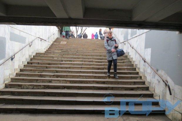 Людина в колясці в'їжджає в світ. херсон, доступність, пандус, інвалідність, інфраструктура