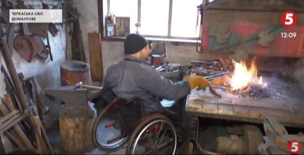 На Черкащині чоловік з інвалідністю облаштував кузню на власному подвір'ї. сергій ярешко, коваль, кузня, інвалідний візок, інвалідність