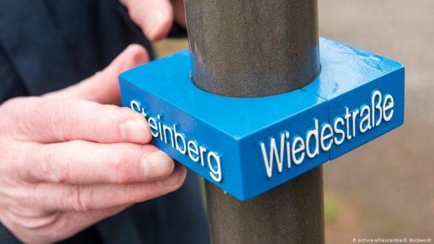 В Германии придумали таблички с названиями улиц для слепых. ведель, германия, слепой, табличка, улица