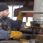 На Черкащині чоловік з інвалідністю облаштував кузню на власному подвір'ї (ВІДЕО)