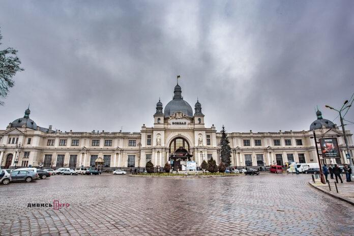 Площа Двірцева у Львові не пристосована для незрячих і людей у візках (ВІДЕО)
