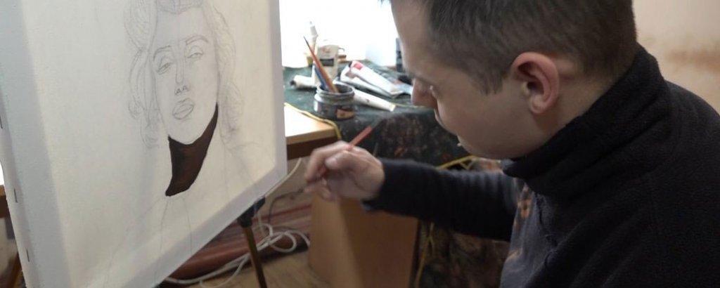 Житомирський художник із ДЦП пише портрети, ікони та розгадує таємницю посмішки Джоконди (ВІДЕО). дцп, дмитро галич, малювання, художник, інвалідність