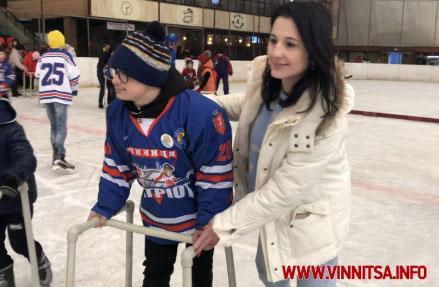 «Сонячні діти» вийшли на льодовий каток з Іриною Борзовою – спортивні об'єкти повинні бути доступні всім (ФОТО). вінниця, ковзанка льодовий клуб, проект сонячні ковзани, синдром дауна, інвалідність