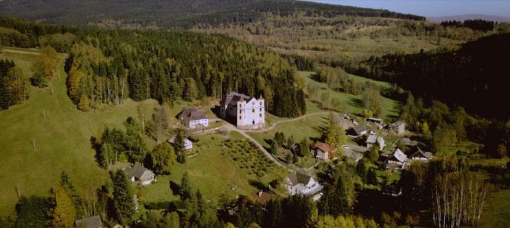 Як у Чехії процвітає і розвивається гірське село, 80% жителів якого мають інвалідність (ВІДЕО). нератов, церква, чехія, священик йосип сучар, інвалідність