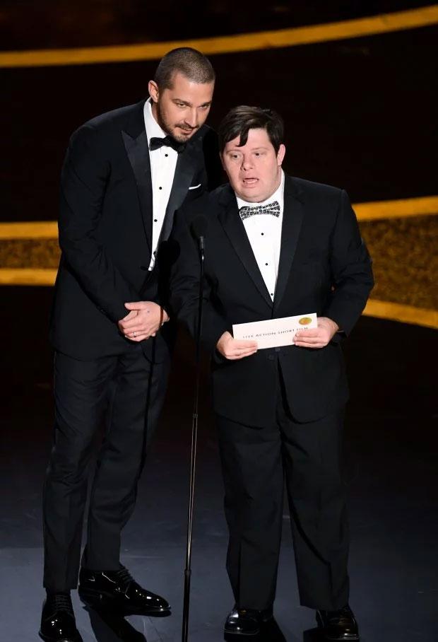 Актор з синдромом Дауна вперше в історії Оскара вручив нагороду. зак готтсаген, оскар-2020, актор, нагорода, синдром дауна