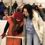 Світлина. «Сонячні діти» вийшли на льодовий каток з Іриною Борзовою – спортивні об'єкти повинні бути доступні всім. Новини, інвалідність, Вінниця, синдром Дауна, ковзанка Льодовий Клуб, проект Сонячні ковзани