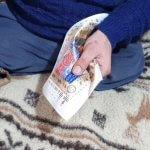 На Ужгородщині чоловік без ніг підпрацьовує таксистом та вишиває бісером (ВІДЕО)