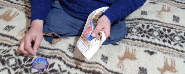 На Ужгородщині чоловік без ніг підпрацьовує таксистом та вишиває бісером. віталій матьовка, бісер, таксист, хвороба, інвалідність