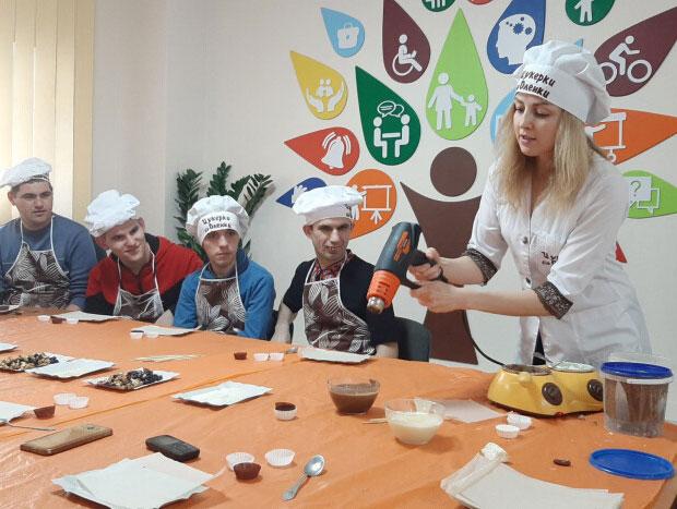 У Луцьку для людей з інвалідністю провели майстер-клас з виготовлення шоколадних цукерок (ФОТО)