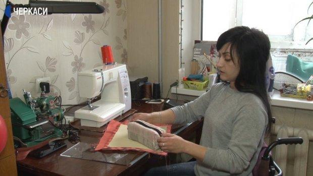 Черкащанка з інвалідністю шиє косметички. наталія давиденко, косметичка, травма, швачка, інвалідність