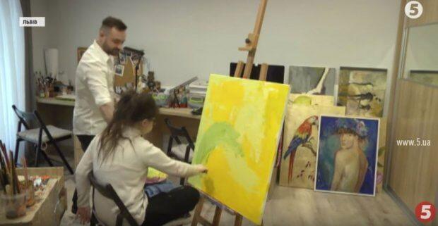 Дівчина із синдромом Дауна створює унікальні картини про любов. андріана чухній, картина, малювання, синдром дауна, художниця
