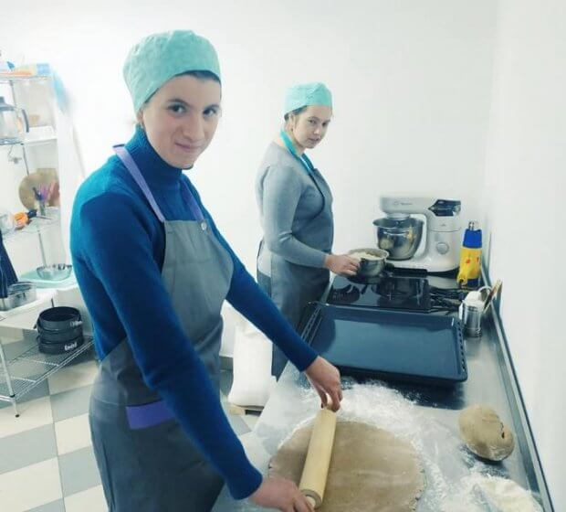 Ексклюзивно й інклюзивно: Працівники ужгородської кондитерської власноруч виготовлять посуд для закладу. золоті серця закарпаття, ужгород, кондитерська, ментальні порушення, посуд