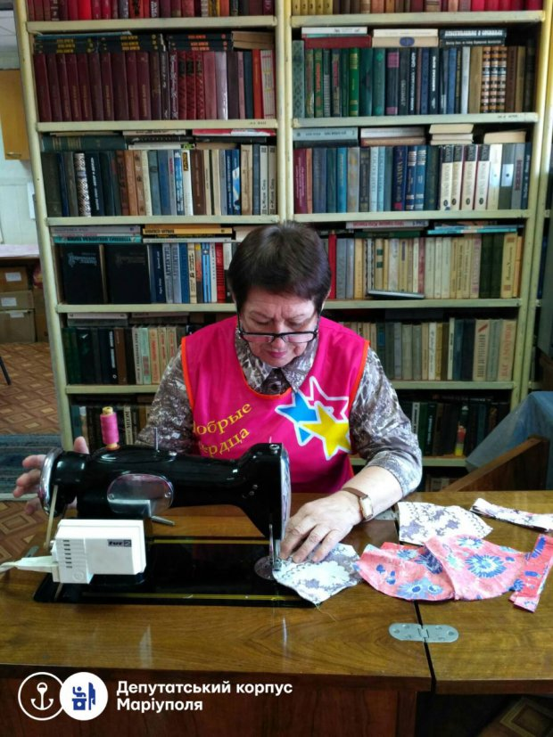 Депутат Ніна Павлюк організувала виготовлення індивідуальних засобів захисту для людей з інвалідністю. мариуполь, ніна павлюк, виготовлення, маска, інвалідність