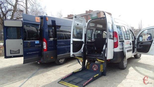 У Хмельницькому з'явилося соціальне таксі для дітей на візках. бф карітас, хмельницький, пересування, соціальне таксі, інвалідність