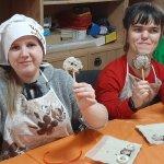 Світлина. У Луцьку для людей з інвалідністю провели майстер-клас з виготовлення шоколадних цукерок. Новини, інвалідність, Луцьк, майстер-клас, виготовлення, шоколадна цукерка