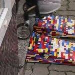 Винахідлива бабуся робить пандуси з конструктора Lego (ВІДЕО)