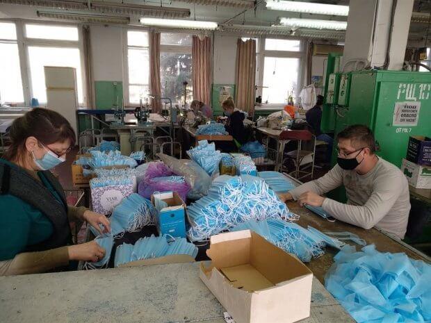 Один день на производстве в Бахмуте, где люди с проблемами со слухом шьют маски и защитные костюмы. бахмут, утог, защитный костюм, маска, предприятие